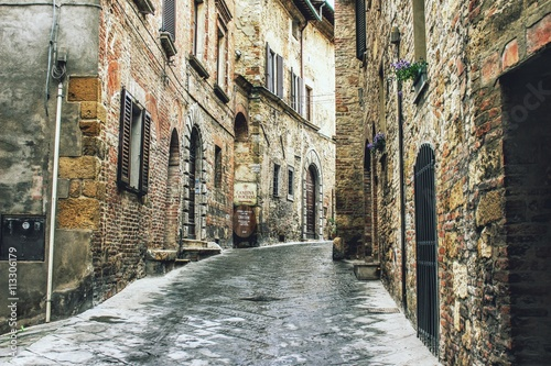 Opuszczona uliczka w zabytkowym mieście