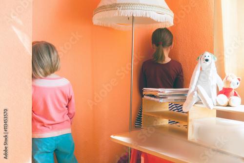 Fotografia punishment for   children to stand in   corner.