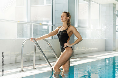 Canvas Print Attractive woman swimmer