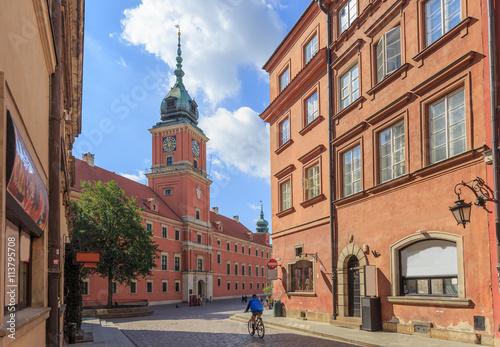 Fototapeta premium Warszawa, Stare Miasto. Widok Zamku Królewskiego z ulicy Świętojańskiej