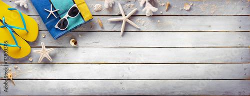 Plakat Akcesoria plażowe na Vintage drewniane deski - Retro letnie wakacje