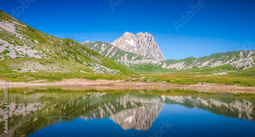 Valokuva Gran Sasso mountain lake, Campo Imperatore, Italy