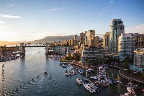 Fototapeta premium Widok na Downtown Vancouver i Burrard Bridge w False Creek podczas słonecznego zachodu słońca.