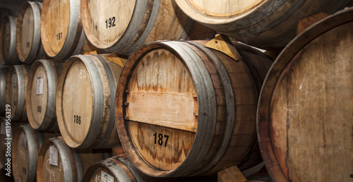 Foto Wine barrels in cellar.