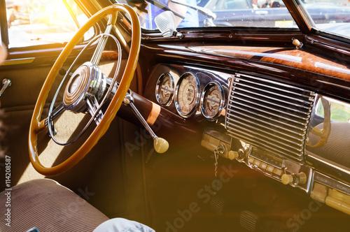 Wnętrze klasycznego rocznika samochodu z blaskiem słońca
