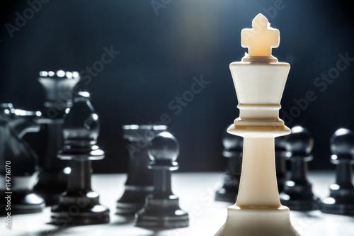 Fotografie, Obraz šachové figurky na černém pozadí