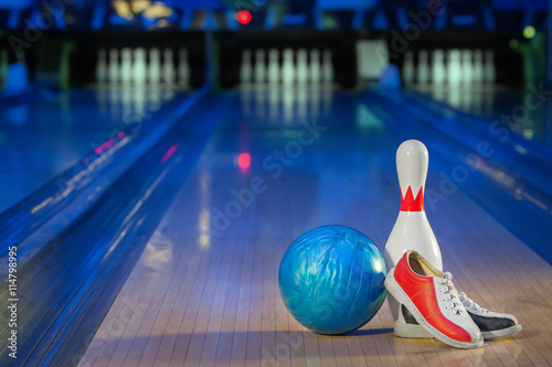 shoes, bowling pin and ball for bowling game Fototapete