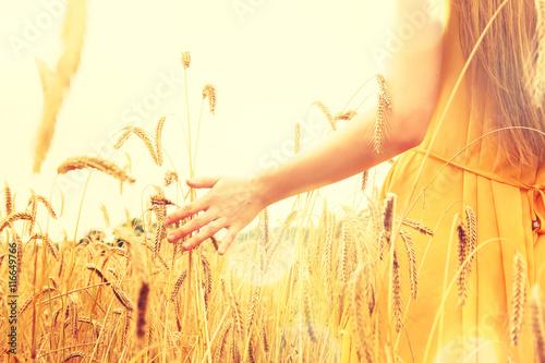 Canvas-taulu Frau auf einem Getreidefeld