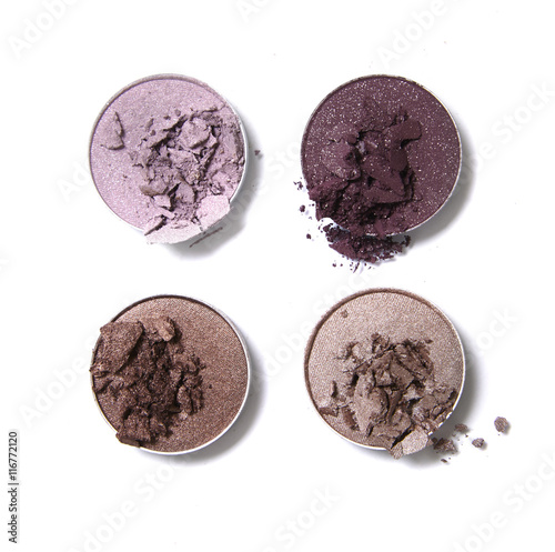 Fotografia Broken neutral and pink toned eye shadow make up pots isolated on a white backgr