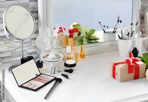 Fotografia Cosmetic set on light dressing table