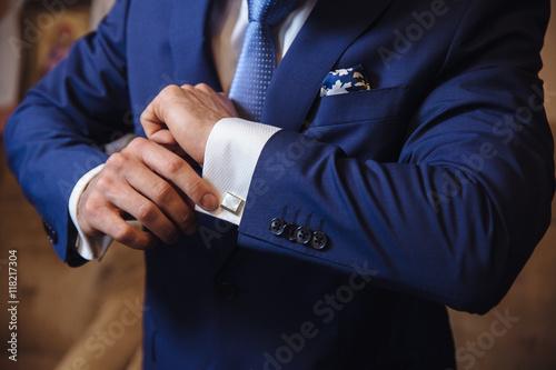 Fotografia Businessman hands with cufflinks. Elegant gentleman clother
