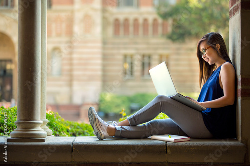 Photo Casual day reading writing on laptop outdoor university college campus college s