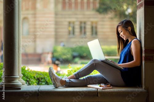 Foto Lebensstil-Hochschulstudentencampusleben-Studienforschungs-Lese-Schreibenstechno