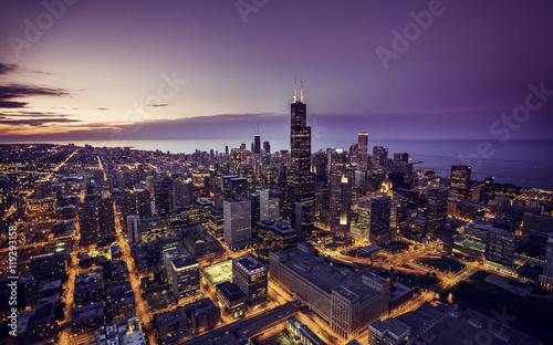 Fototapeta premium Chicago skyline z lotu ptaka o zmierzchu