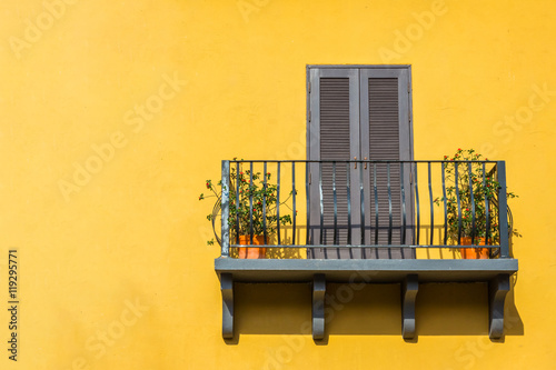Fotomural Balconies and the walls orange.