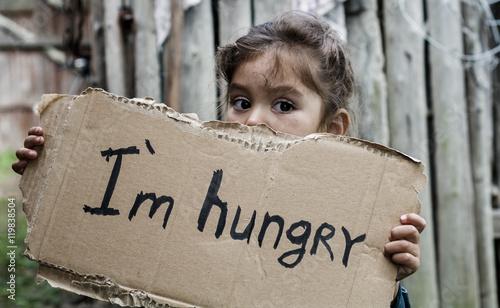 Photo Little girl holding a sheet of cardboard