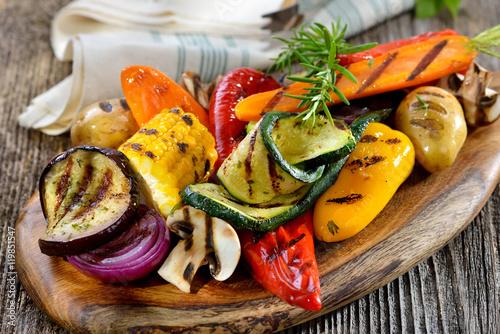 Fotografia Buntes, gemischtes Gemüse vom Grill mit Feta und Olivenöl, dazu frisches Weißbro