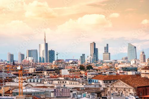 Fototapeta premium Panoramę Mediolanu z nowoczesnymi drapaczami chmur w dzielnicy biznesowej Porto Nuovo we Włoszech