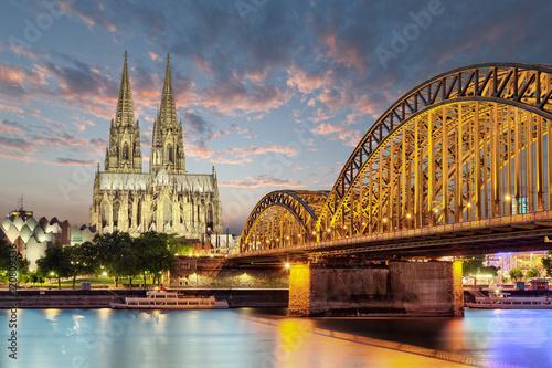 Köln Dom am Rhein mit Brücke Skyline