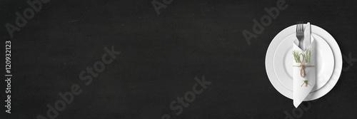Schlichtes Tischgedeck auf Schiefertafel - Banner / Hintergrund - Textfreiraum