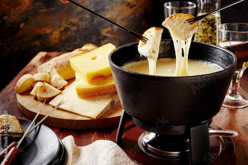 Photo Gourmet Swiss fondue dinner on a winter evening