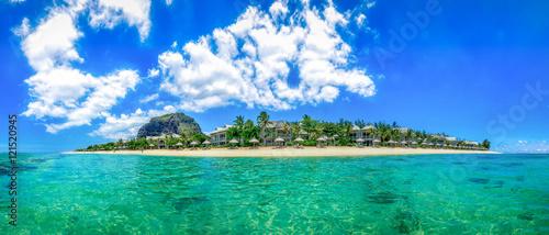 Canvas Print Mauritius Panorama aus dem Meer heraus samt Strand und dem Le Morne Brabant, dem