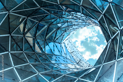 Fotografia huge hole in a contemporary building in Frankfurt.