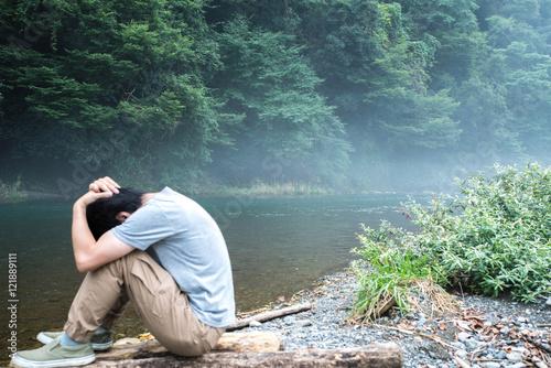 Canvas-taulu 川原でうつむく男性