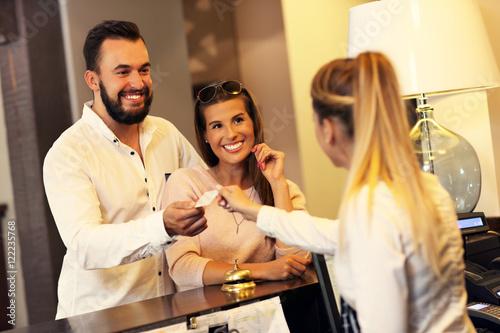 Fotografia Couple at reception desk in hotel