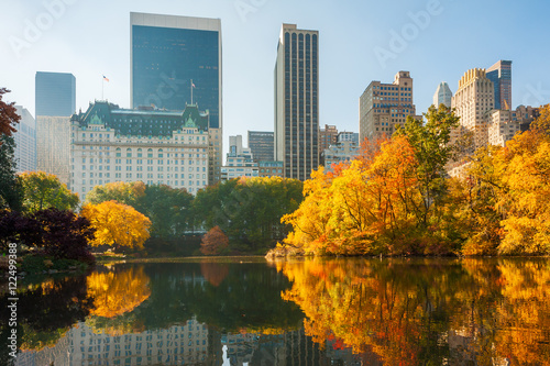 Canvas Central Park in autumn with yellow leaves reflecting in a lake, New York City, U