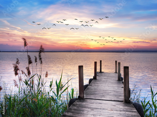 embarcadero en el lago amaneciendo