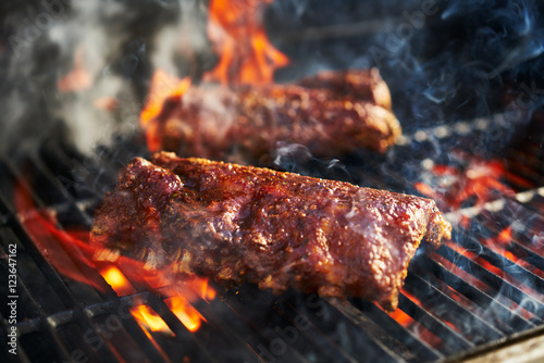 Foto american bbq ribs cooking on grill