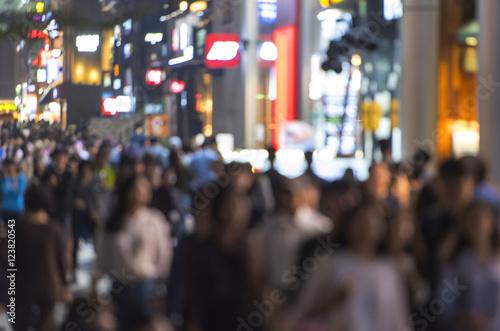 Fototapeta premium Tłum ludzi poruszających się na ulicy w nocy w Seulu - Korea Południowa - niewyraźny obraz abstrakcyjny
