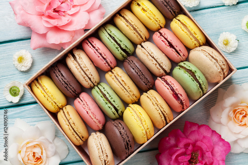 Fototapeta Colorful macaroons in a gift box and roses