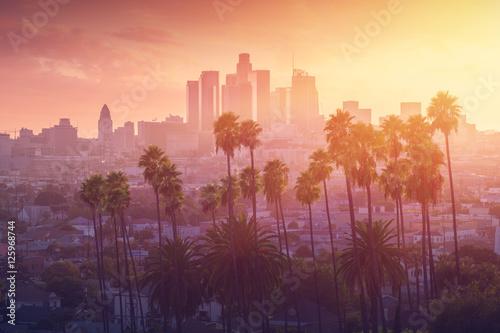 Naklejki na meble Los Angeles gorącego zmierzchu widok z drzewkiem palmowym i śródmieściem w tle  Kalifornia, USA