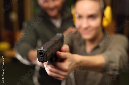 Canvas-taulu Kobieta z bronią