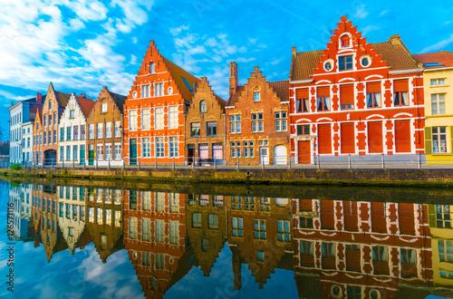 Fototapeta premium Średniowieczne budynki wzdłuż kanału w Brugii w Belgii
