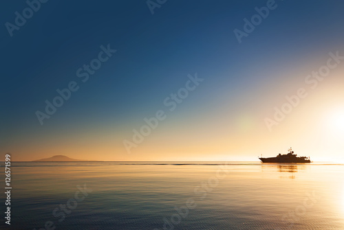 Fotografia Silhouette of a luxurious yacht on the sea of cortez  at sunset