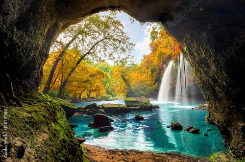 Naklejka premium Heo Suwat Waterfall