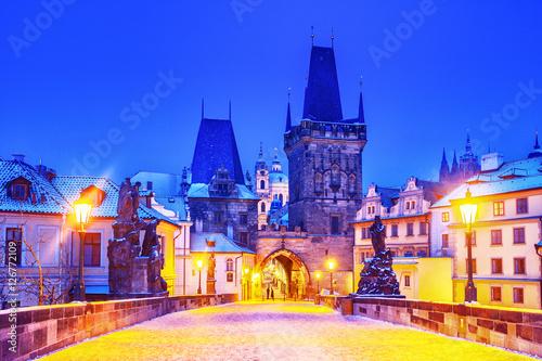 Foto Charles bridge in Prague, night scene, winter season, snow weather