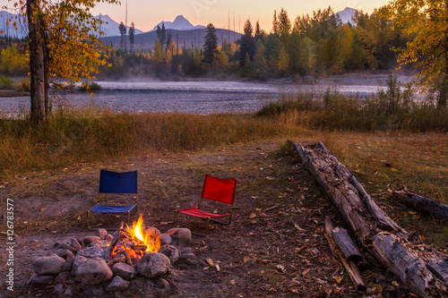 Fotografie, Obraz Campfire and Camp Chairs In Glacier National Park