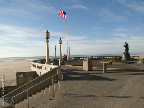 Canvas-taulu American flag and lamp posts on beach promenade Seaside, Oregon coast