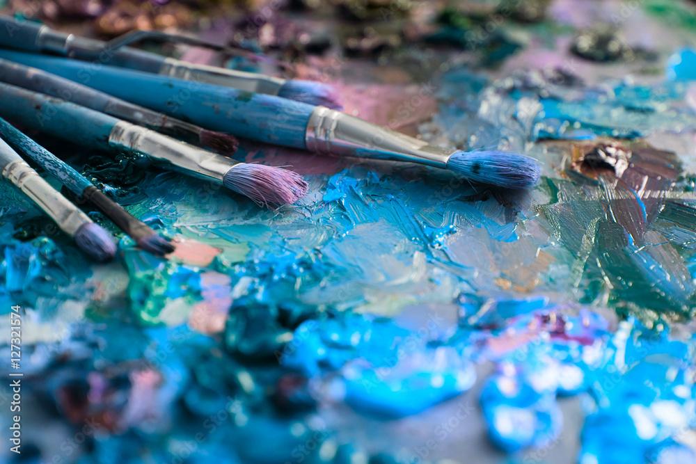 pędzle artystów i farby olejne na drewnianej palecie <span>plik: #127321574   autor: nata_zhekova</span>