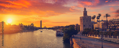 Fototapeta premium Sewilla zachód słońca panoramę torre del Oro w Sewilli