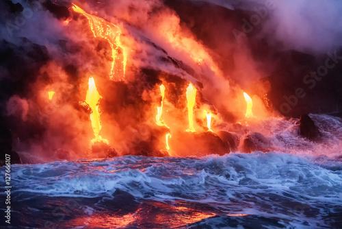 Fotografia Molten lava flowing into the Pacific Ocean on Big Island of Hawa