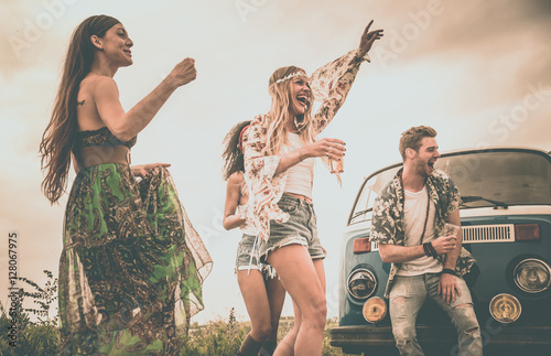 Платно Hippie friends having fun