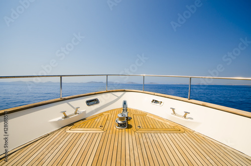 Stampa su Tela Wide angle shot of front of the yacht in summer time