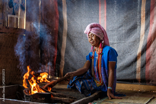 Canvas Print Old female karen hill tribe is cooking traditional