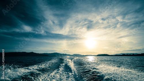 Fotografia Motor boat water traces in open caribbean sea