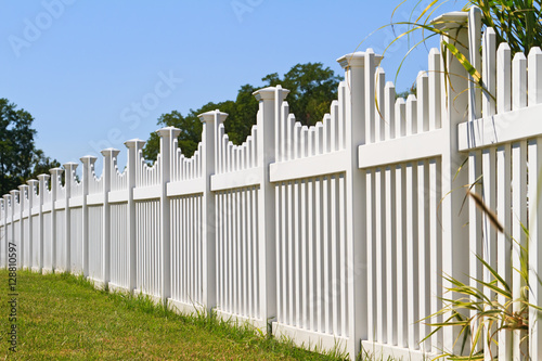 White vinyl fence with contemporary look surrounding a homes back yard Fototapet